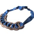 collana legno e stoffa blu scuro