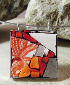 collana con ciondolo in mosaico rosso