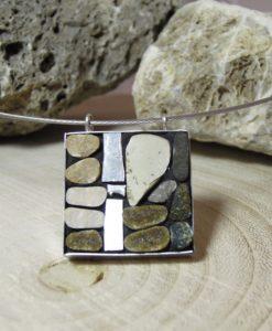 ciondolo con mosaico in sassi