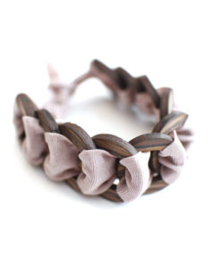 braccialetto legno e stoffa rosa