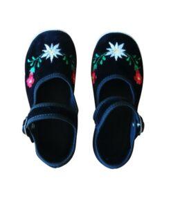 scarpets ricamati da bambina